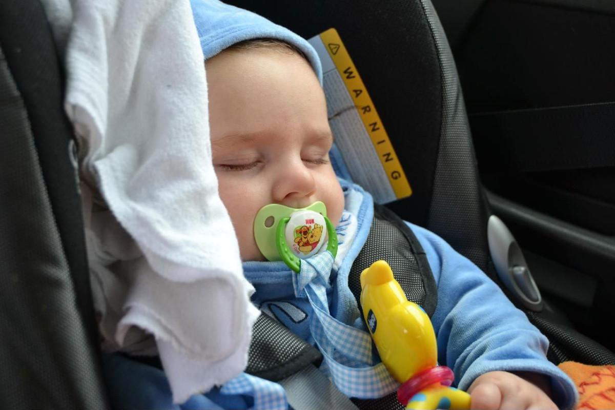 Baby-im-Autokindersitz