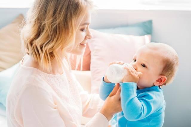 Mutter & Kind beim Babyflaschen Test