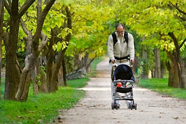 Buggy Test Vater mit Sohn im Park