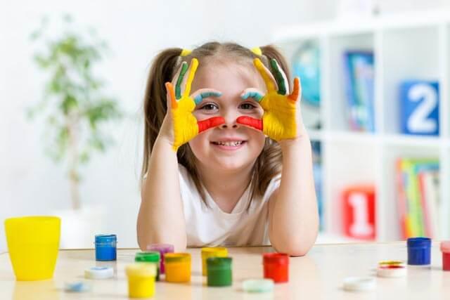 Kleines Kind im Fingerfarben-Test