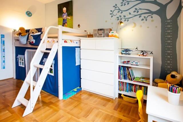 Halbhochbett Kinderbett in kleinem Kinderzimmer