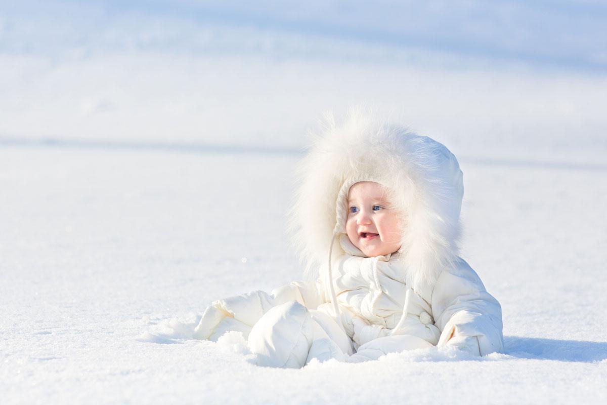 Kind-mit-Schneeanzug