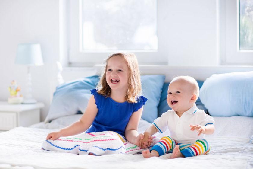 Kinder-lachen-im-Elternbett