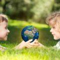 Kinder mit Erdkugel - Weltkindertag