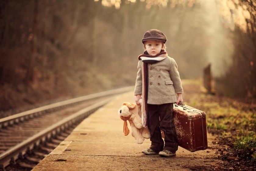 Kindergartenrucksack Test - Kind mit Koffer und Plüschtier