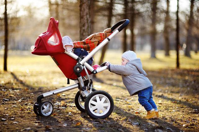 Kleinkind-mit-Buggy---Beispiel-fuer-Kinderwagen-Test