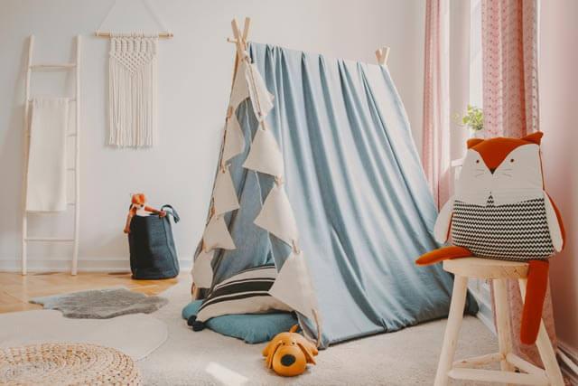 Kinderzimmer mit Tipi-Bett bzw. Zelt-Bett