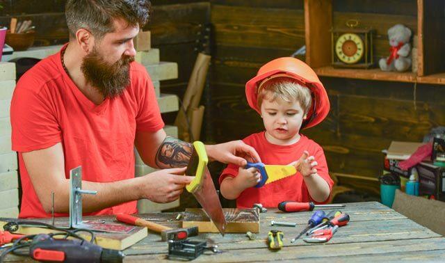 Vater Sohn beim Beistellbett selber bauen