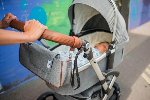 Baby in einem Kinderwagen von bonavi