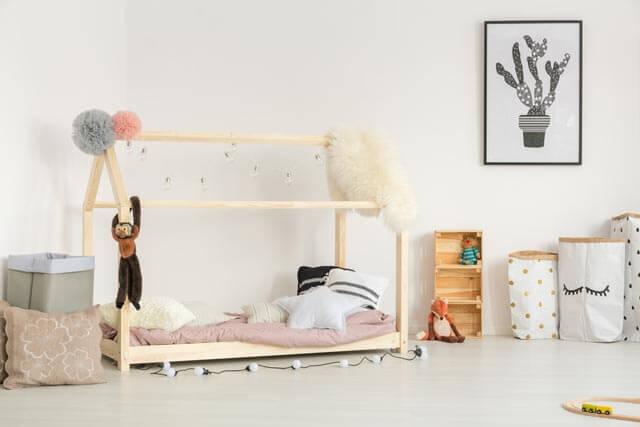 Hausbett mit Dekoration