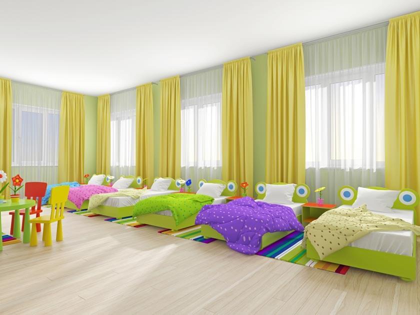 Fünf Kinderbetten in einem Raum