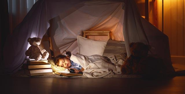 Kind schläft in Montessori Bett