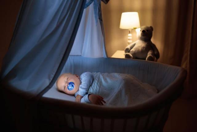 Baby beim Schnuller Test