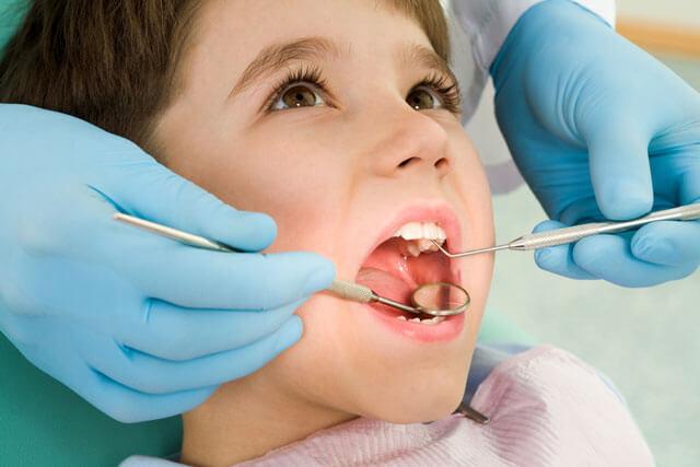 welche-zähne-kommen-zuerst-zahnarzt